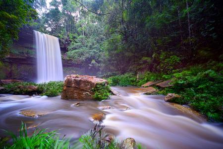 Vista panorámica de la cascada de Fowzi en Sabah's Lost World, el Área de Conservación de la Cuenca de Maliau, Sabah Borneo, Malasia, Asia.