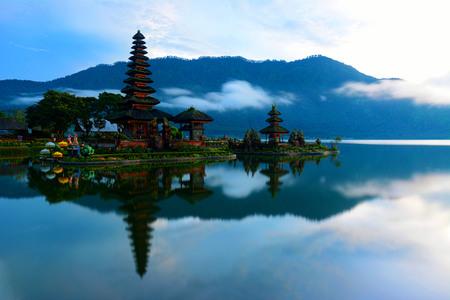 Malerischer Blick auf den Tempel Pura Ulun Danu Bratan in Bali, Indonesien. Eines der berühmten Wahrzeichen und Reiseziele auf Bali.