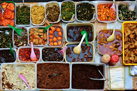 Variety of delicious Malaysian local food cuisine sold at street market 免版税图像