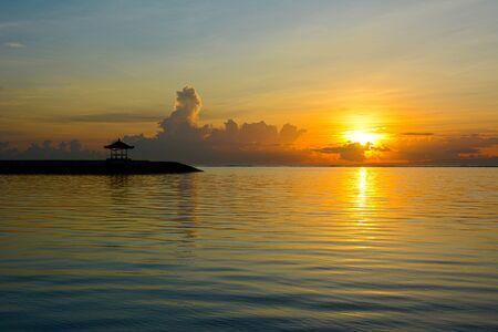 Vista all'alba di Pantai Karang, Sanur Beach, Bali, Indonesia, Asia.