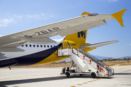 airbus: Photograph of an Airbus A320 Airplane