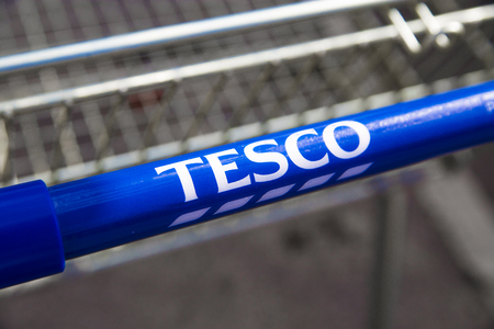 chariot supermarch�: Tesco logo on supermarket trolley. �ditoriale