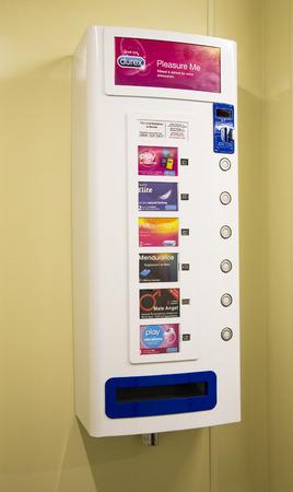 condones: M�quina expendedora de preservativos Durex Condoms vender dentro de un ba�o p�blico