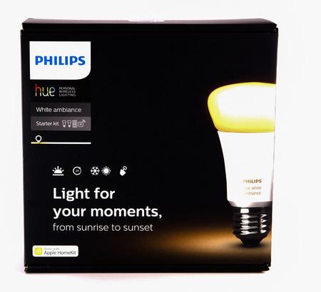 LEEDS, UK - 17 NOVEMBER 2016.  Philips hue white ambience starter kit. 新聞圖片