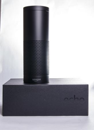 LEEDS, Reino Unido - 5 de enero 2017 Amazon Eco Alexa asistente inteligente Editorial