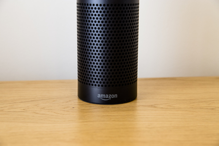 LEEDS, UK - 18 MARCH 2017.  Amazon Echo Speaker with Alexa Assistant 新聞圖片