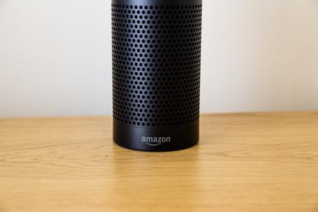 LEEDS, Wielka Brytania - 18 MARCA 2017. Głośnik Amazon Echo z Asystentem Alexa