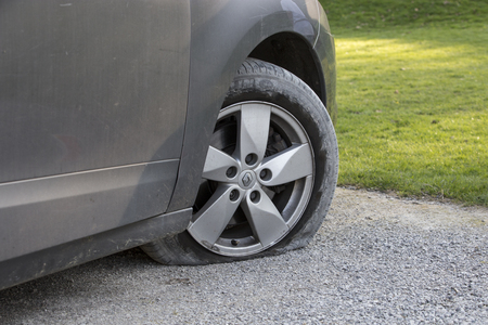 BOTLTON ABBEY, UK - 8 APRIL 2017.  Renault Scenic with flat front Tyre due to puncture 新聞圖片
