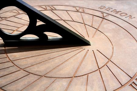 reloj de sol: Un reloj de sol cl�sica en el viejo estilo Foto de archivo