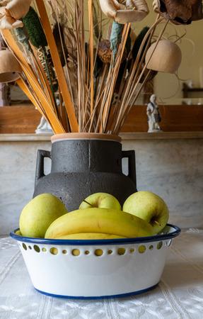 Obststillleben mit Apfel und Bananen mit Trockenblumen und Jarron