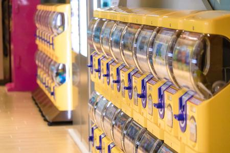 Taipei, Taiwan - Mar 17, 2018 : Gachapon, yellow capsule toy vending machine Stockfoto