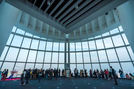 TOKYO, JAPAN - March 27, 2019: People silhouette inside Observation Deck. Tokyo, Japan. 版權商用圖片 - 137994136