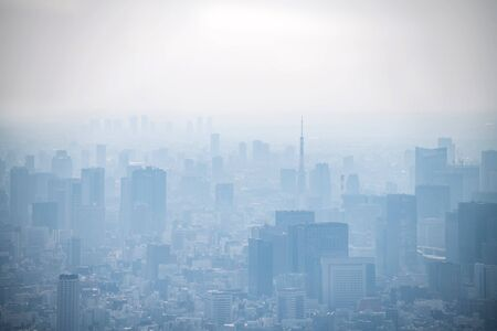 dust during daytime in a very polluted city - in this case Tokyo, Japan. Cityscape of buildings with bad weather from Fine Particulate Matter. Air pollution. 版權商用圖片 - 138045323