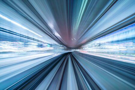 Bewegungsunschärfe des Zuges, der sich im Tunnel mit Tageslicht in Tokio, Japan, bewegt.