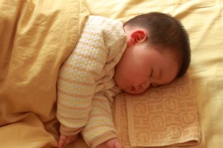 enfant qui dort: enfant endormi