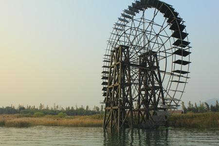 molino de agua: campo de molino de agua Foto de archivo