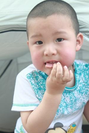 little kid eat photo