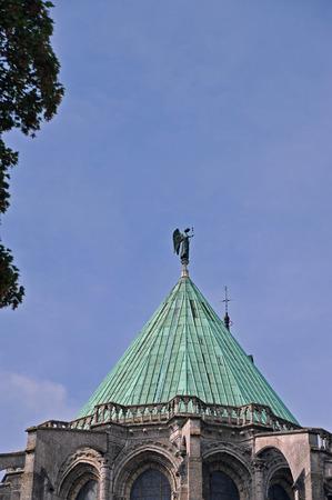Statuendetail auf dem Cover der Kathedrale von Chartres