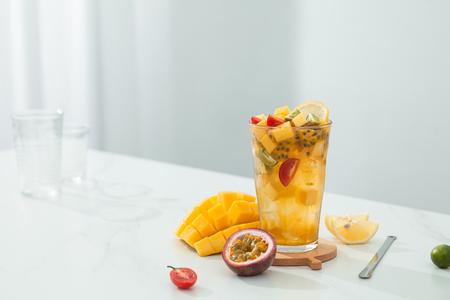 Mango-passievruchtthee in een transparant glas