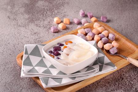 Snow taro round sea coconut dessert in a wood tray Imagens