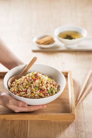 Japanese fried rice meal in a wood dish Standard-Bild