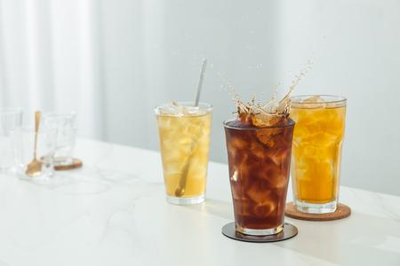 Le thé dans un verre propre