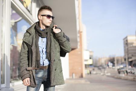 ropa casual: Hombre atractivo joven con bolsas que hacen compras en el centro de la ciudad