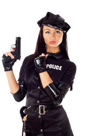 gorra policía: hermosa mujer policía con esposas en un uniforme negro que apunta un arma. aislado en blanco.