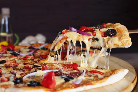 맛있는 신선한 페퍼로니 피자의 조각. 스톡 콘텐츠