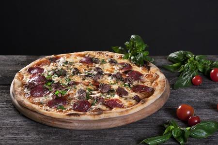 an onions: Pepperoni Pizza con salami, setas, carne, carne de res, queso y cebolla verde en el fondo de madera. Vista superior. Foto de archivo