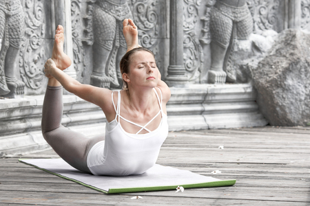 Frau macht Yoga in verlassenen Tempel Standard-Bild - 84885781
