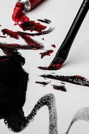 キャンバスに赤と黒のアクリルをブラッシング 写真素材