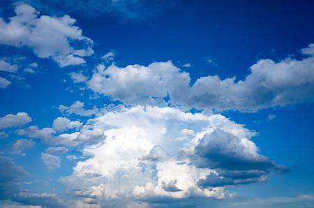 Cumulus clouds towering in the summer sky 版權商用圖片