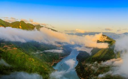 山や川、壮大な夕日の下で