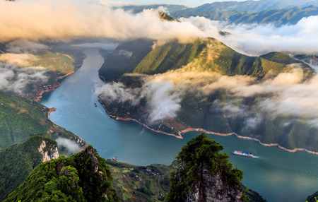 De bergen en rivieren zijn prachtig onder de ondergaande zon Stockfoto