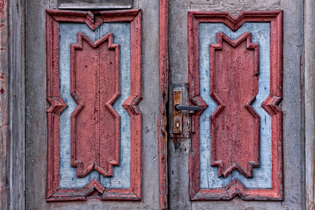 Beautifully carved patterns on an old door in Tallinn, Estonia. The doors seem to be in a bad shape. Imagens