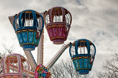 Colourful cabins of a ferris wheel at the Kadriorg park in Tallinn, Estonia on a grey autumn day. Imagens