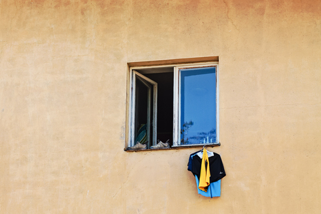 Somebody drying his laundry by hanging it from an open window in the middle of Tallinn, the capital of Estonia. When you have no yard, you have to be inventive. Imagens