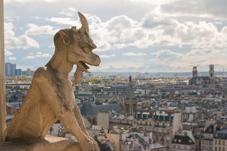 gargouille: Gargouille sur la cathédrale Notre-Dame et la ville de Paris près, France