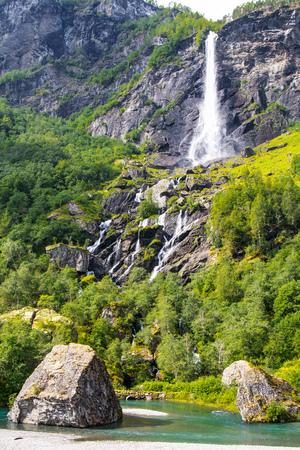ミュルダール鉄道線ノルウェーにフラムで巨大な Rjoandefossen の滝