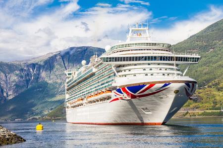 Groot Cruiseschip vertrek in de haven van Flam naar Stavanger, in zonnige zomerdag, Noorwegen. Stockfoto