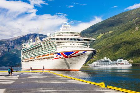 Groot Cruiseschipvertrek in de haven van Flam aan Stavanger, in zonnige de zomerdag, Noorwegen.