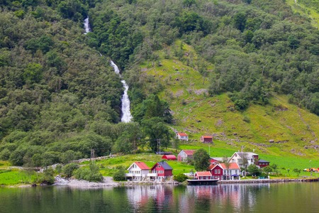 Traval op Groot Cruiseschip van de haven van Flam naar Stavanger, in zonnige zomerdag, Noorwegen. Stockfoto