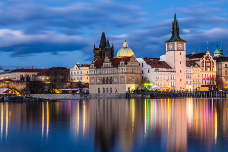 Beautiful night view of the Charles Bridge, the Old Town Bridge Tower, and the Old Water Tower, the Smetana Embankment and the Prague Beer Museum in Czech Republic New Years Eve Standard-Bild