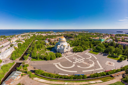 Beautiful top view of Kronshtadt Naval Cathedral of St. Nicholas on a sunny summer day. Built in 1903-1913 as the main church of Russian Navy and dedicated to all fallen seamen. St Petersburg Russia Фото со стока - 124698870