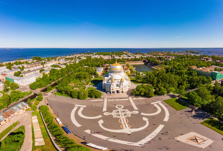 Beautiful top view of Kronshtadt Naval Cathedral of St. Nicholas on a sunny summer day. Built in 1903-1913 as the main church of Russian Navy and dedicated to all fallen seamen. St Petersburg Russia Imagens - 124698867