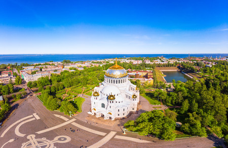Beautiful top view of Kronshtadt Naval Cathedral of St. Nicholas on a sunny summer day. Built in 1903-1913 as the main church of Russian Navy and dedicated to all fallen seamen. St Petersburg Russia Imagens