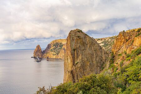 Scenic view from Jasper beach near St. George Monastery to Cape Fiolent in sunny summer day. Rocky coast black sea and cliff, Sevastopol, Crimea, Russia, Ukraine. Landscape Mountains surround the bay. Stockfoto - 133101992