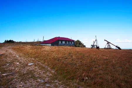 lejos: Estación meteorológica en la montaña Lejos Taganay. Urales del sur Foto de archivo