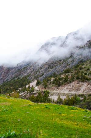 kyrgyzstan: carretera de montaña en la garganta Dugoba, Kirguistán